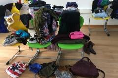 Flohmarkt Kleideung auf STühlen