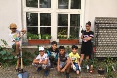 Gruppe vor Blumenkisten
