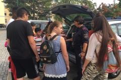 Gruppe vor Polizeiauto 3