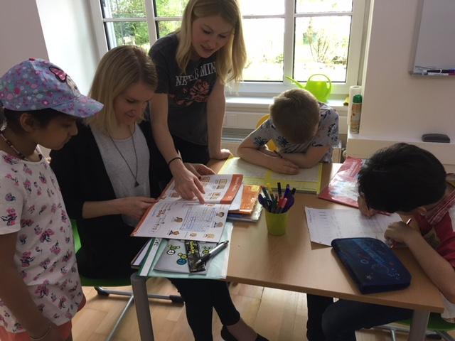 Kinder beim Lernen neu